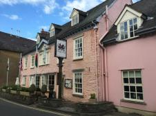 dragon-inn-crickhowell.jpg